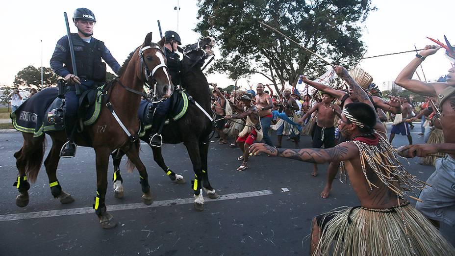 Índios entram em confronto com a Polícia Militar ao tentarem se aproximar do Estádio Nacional de Brasília