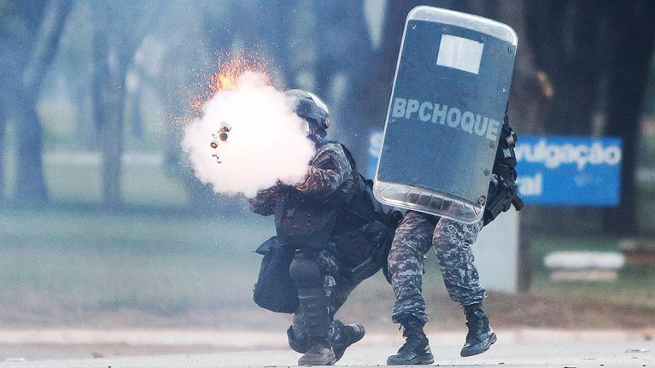 Polícia lança bombas de gás lacrimogênio contra índios que protestam em Brasília