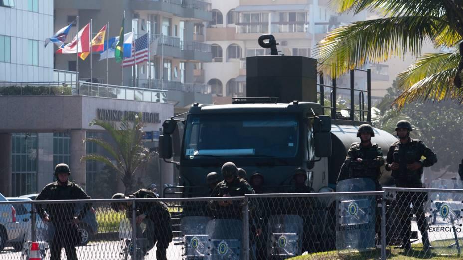 Homens do Exército protegem entrada do Hotel Windsor Barra, Zona Oeste do Rio de Janeiro