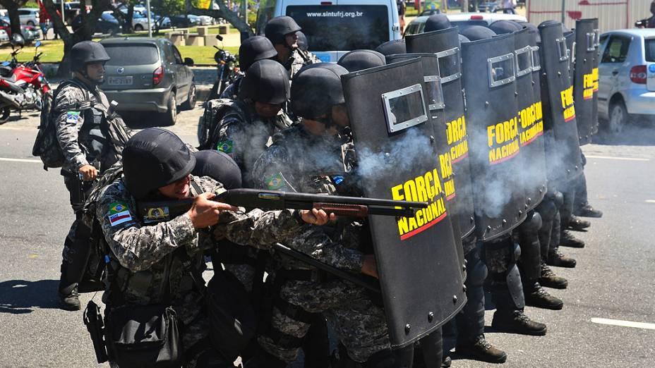 Homens da Força Nacional entram em confronto com manifestantes na entrada do Hotel Windsor Barra, Zona Oeste do Rio de Janeiro