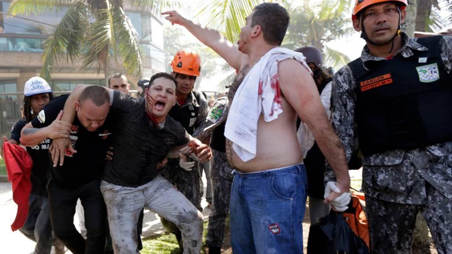 Manifestantes entram em confronto com homens da Força Nacional e do Exército na entrada do Hotel Windsor Barra, Zona Oeste do Rio de Janeiro, onde acontece na tarde desta segunda-feira o leilão do campo de pré-sal de Libra