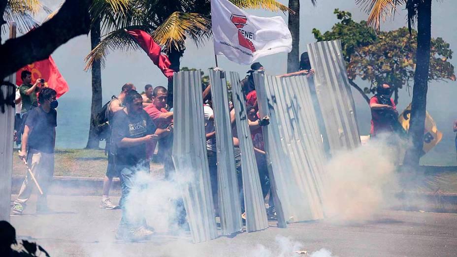 Manifestantes entram em confronto com homens da Força Nacional e do Exército