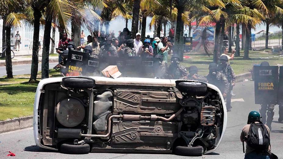 Vândalos viram carro de emissora de televisão durante protesto no Rio de Janeiro