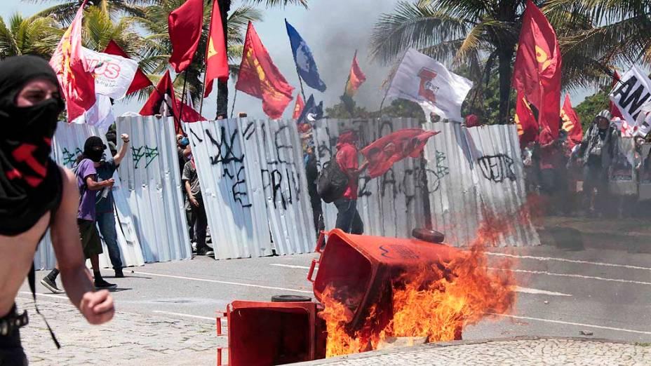 Manifestantes entram em confronto com integrantes da Força Nacional na entrada do hotel Windsor Barra, zona oeste do Rio de Janeiro, onde acontece na tarde desta segunda-feira o leilão do campo de pré-sal de Libra