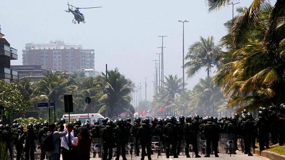 Integrantes da Força Nacional e do Exército protegem entrada do hotel Windsor Barra, zona oeste do Rio de Janeiro, onde acontece na tarde desta segunda-feira o leilão do campo de pré-sal de Libra