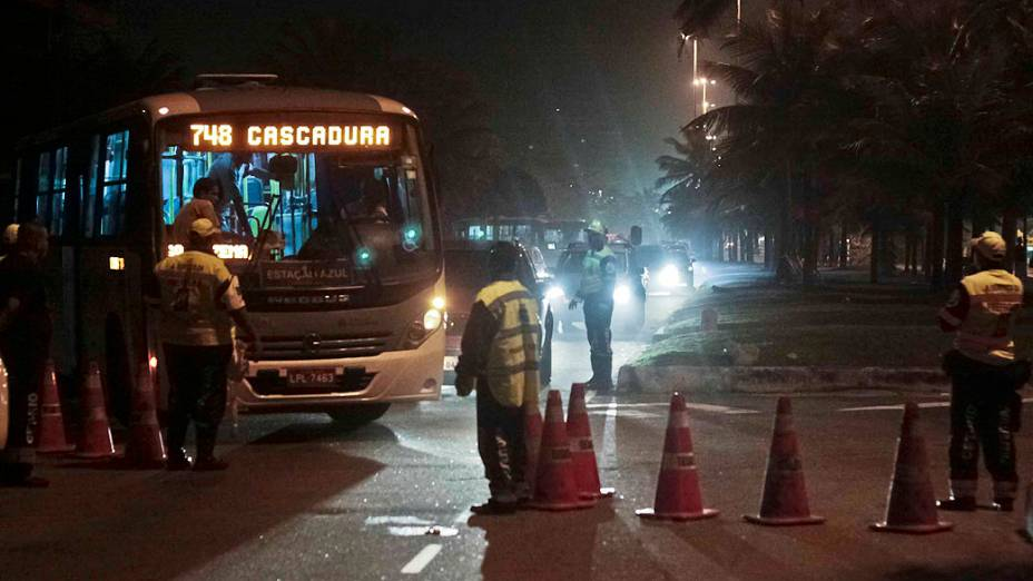 Tropas do Exército reforçam a segurança nos arredores do Hotel Windsor, na Barra da Tijuca, Zona Oeste do Rio de Janeiro, onde acontecerá a primeira rodada do leilão do campo de Libra