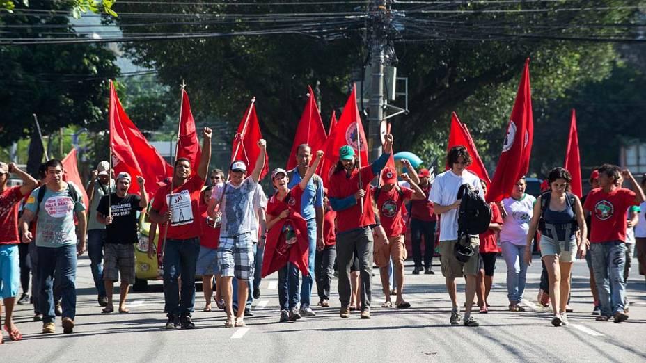 Integrantes do Movimento Sem Terra caminham em direção ao Hotel Windsor, na Barra da Tijuca, Zona Oeste do Rio de Janeiro, onde ocorrerá o leilão do campo de Libra