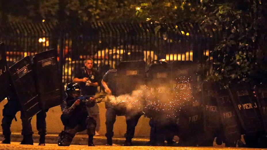 Rio de Janeiro - Manifestantes entram em confronto com a polícia durante protesto, na capital carioca