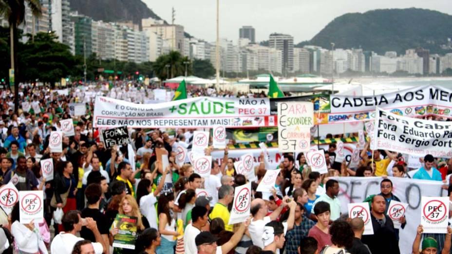 Rio de Janeiro - Manifestantes fazem protesto em Copacabana contra a PEC 37