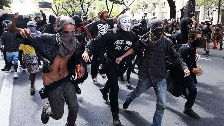 Belo Horizonte - Manifestantes com os rostos cobertos entram em confronto com a polícia durante desfiles de 7 de Setembro