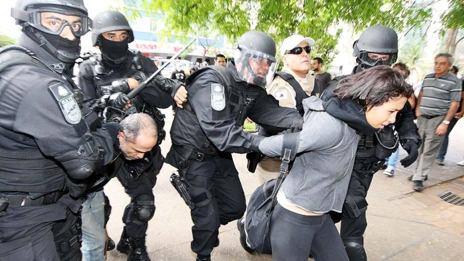 Belo Horizonte - Manifestantes são detidos durante protestos na capital mineira