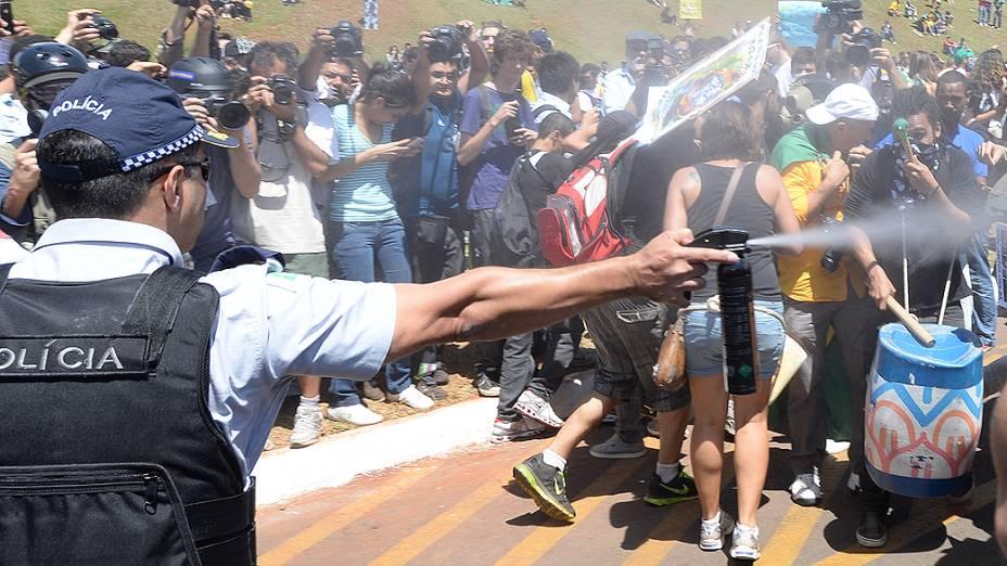 Brasília - Policial usa gás para dispersar manifestantes