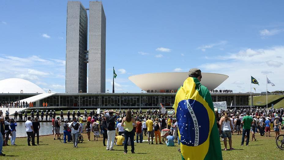Brasília - Manifestantes protestam na Esplanada dos Ministérios durante desfile de 7 de Setembro