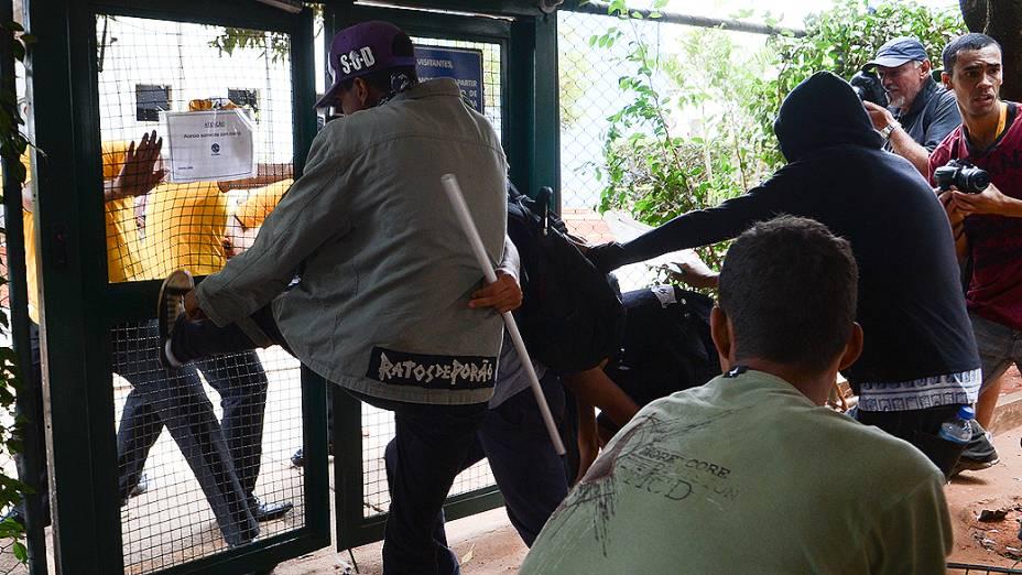 Brasília - A polícia militar do Distrito Federal conseguiu dispersar os manifestantes que tentavam chegar ao Estádio Nacional Mané Garrincha. Os policiais usaram bombas de efeito moral e de gás lacrimogêneo, e o grupo se dividiu por várias vias da área central de Brasília