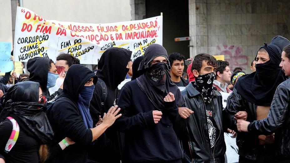 Curitiba - Manifestantes cobrem o rosto durante protesto do desfile militar de 7 de Setembro