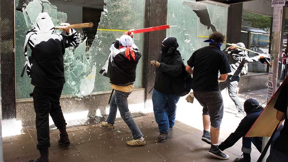 Porto Alegre - Manifestantes depredam agência bancária no centro