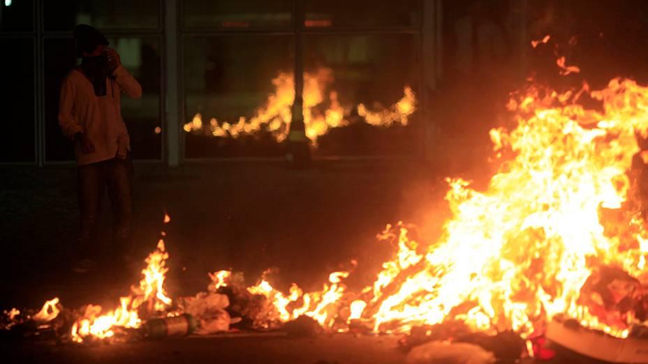 Rio de Janeiro - Manifestantes tentam se aproximar do Palácio Guanabara, sede do governo do estado