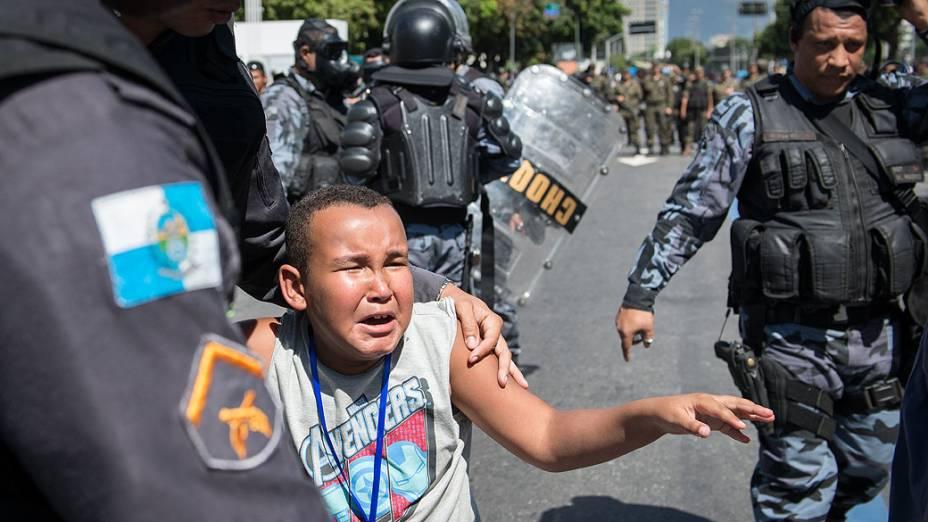 Rio de Janeiro - Menino atingido com bomba de gás lacrimogêneo durante confronto entre manifestantes e polícia durante o desfile de 7 de Setembro