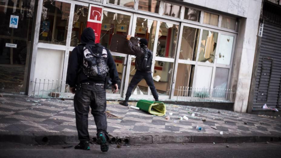 São Paulo - Manifestantes depredaram agências bancárias durante protesto