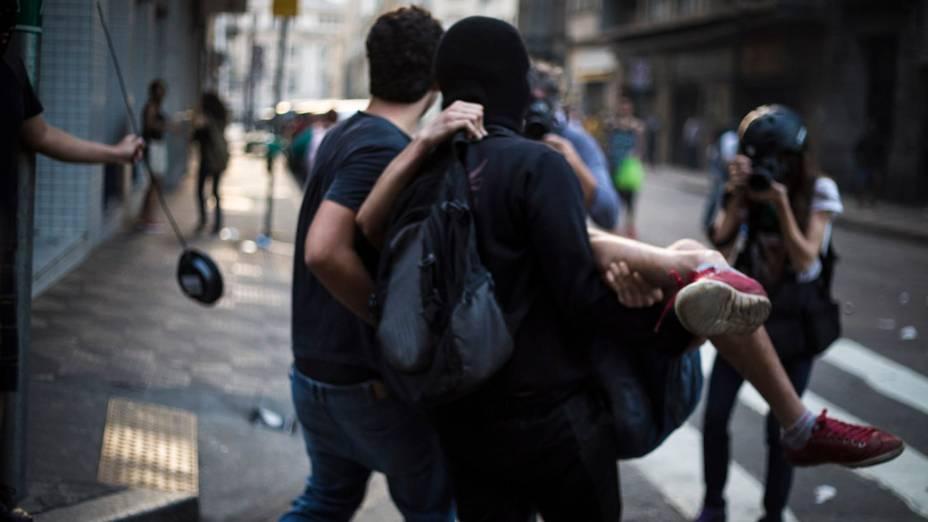 São Paulo - Manifestantes carregam pessoa ferida durante protesto no centro da cidade