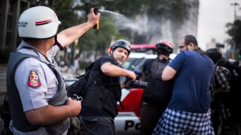 São Paulo - Polícia usa gás de pimenta e bombas de efeito moral para dispersar a manifestação no centro da cidade