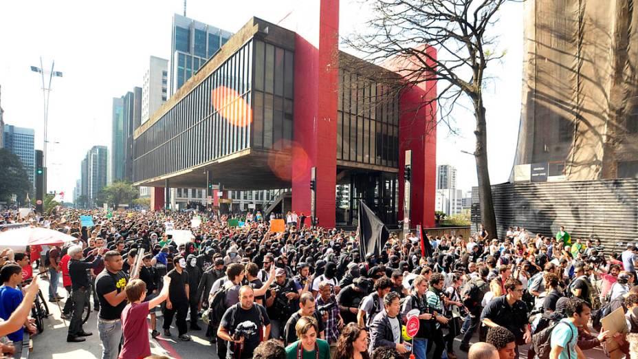 São Paulo - Membros do Black Bloc caminham pela Paulista durante protesto no dia da Independência