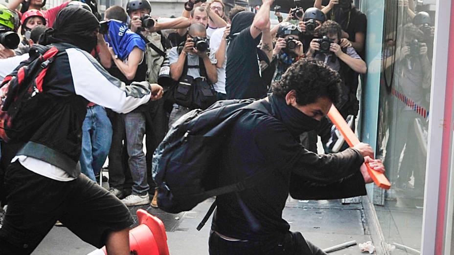 São Paulo - Integrantes do Black Bloc depredaram agência bancária na avenida Paulista durante manifestações pelo dia da Independência