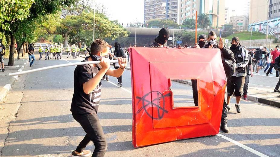 São Paulo - Integrantes do Black Bloc depredaram pontos de ônibus na avenida Paulista durante manifestações pelo dia da Independência