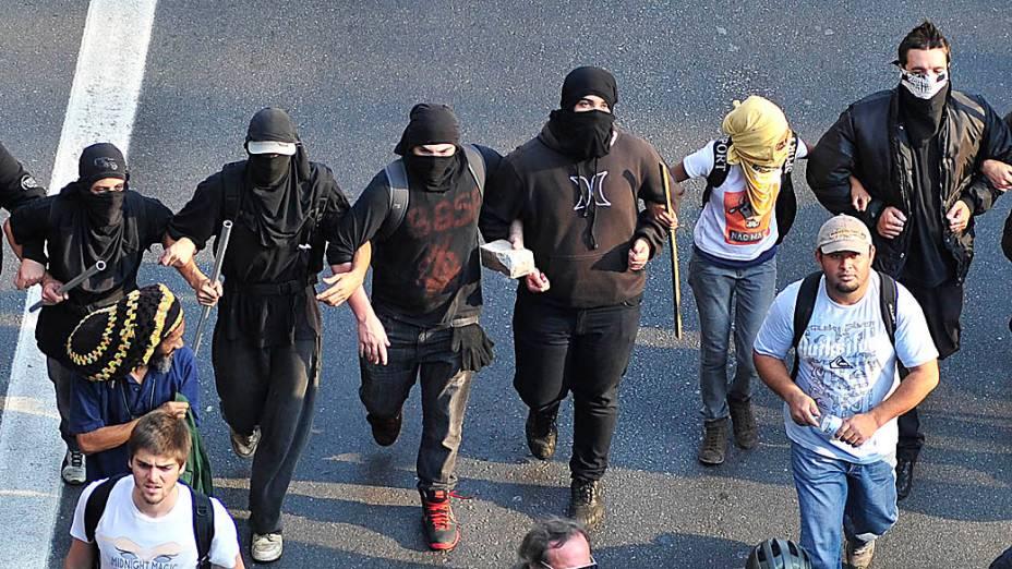 São Paulo - Munidos de paus e pedras integrantes Black Blocs correm pelas ruas do centro da cidade