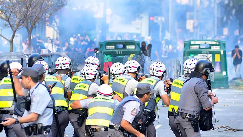 São Paulo - Policiais e Back Blocs entram em confronto em frente a Câmara Municipal