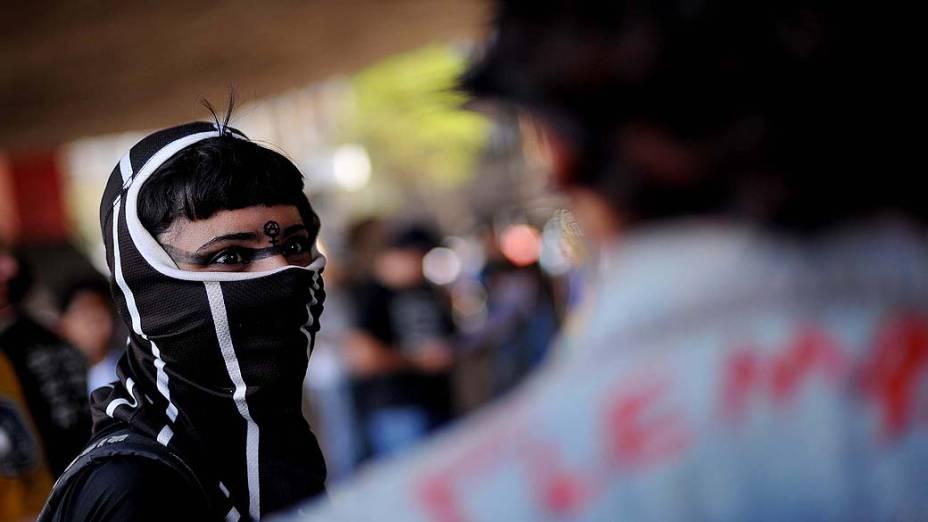 São Paulo - Manifestantes com os rostos cobertos ocupam o vão do Masp