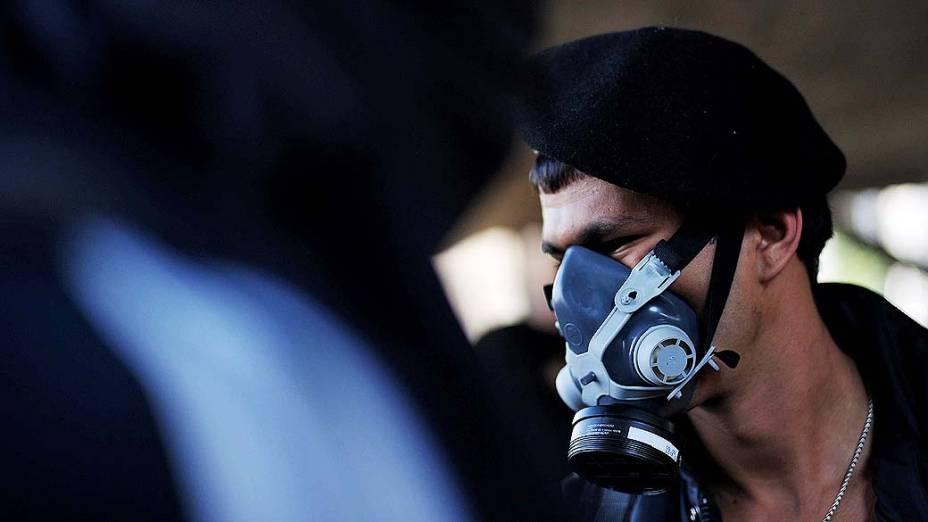 São Paulo - Manifestantes com os rostos cobertos ocupam o vão do Masp<br><br>