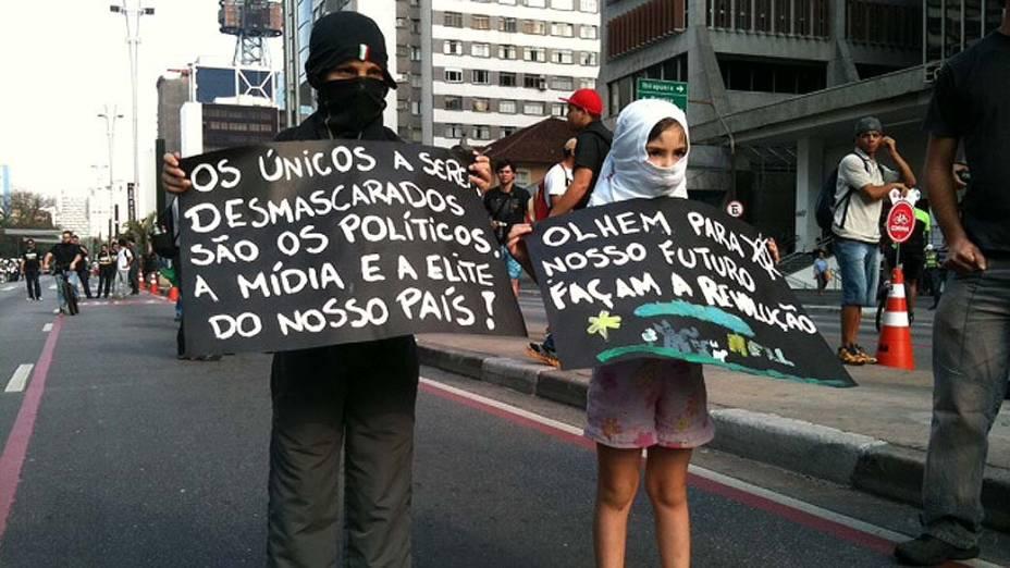 São Paulo - Casal leva filhos vestidos de black bloc durante protesto na avenida Paulista