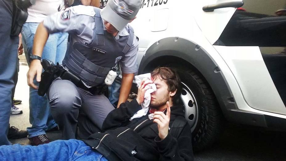 São Paulo - Manifestante que estava entre os black bloc foi atingido por estilhaço de bomba lançada pela tropa de choque da PM para dispersar confronto em frente a Câmara Municipal