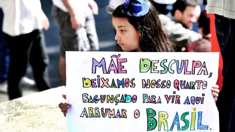 São Paulo - Garota segura cartaz durante manifestação no centro da cidade