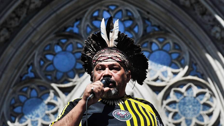 São Paulo - Integrante de uma comunidade indigena discursa em frente a Catedral da Sé, antes de sair em caminhada junto com os participantes da Marcha dos Excluidos que segue até o Museu do Ipiranga