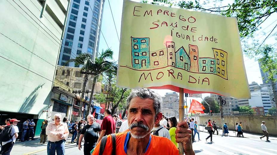 São Paulo - Integrantes de movimentos sociais saem da praça de Sé em caminhada durante a Marcha dos Excluidos que segue até o Museu do Ipiranga