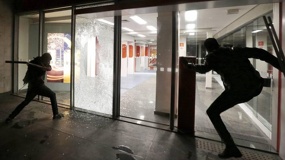 Manifestantes do grupo denominado Black Bloc deixaram um rastro de destruição na avenida Paulista, durante ato em apoio aos protestos no Rio de Janeiro contra o governador, Sérgio Cabral (26/07/2013)