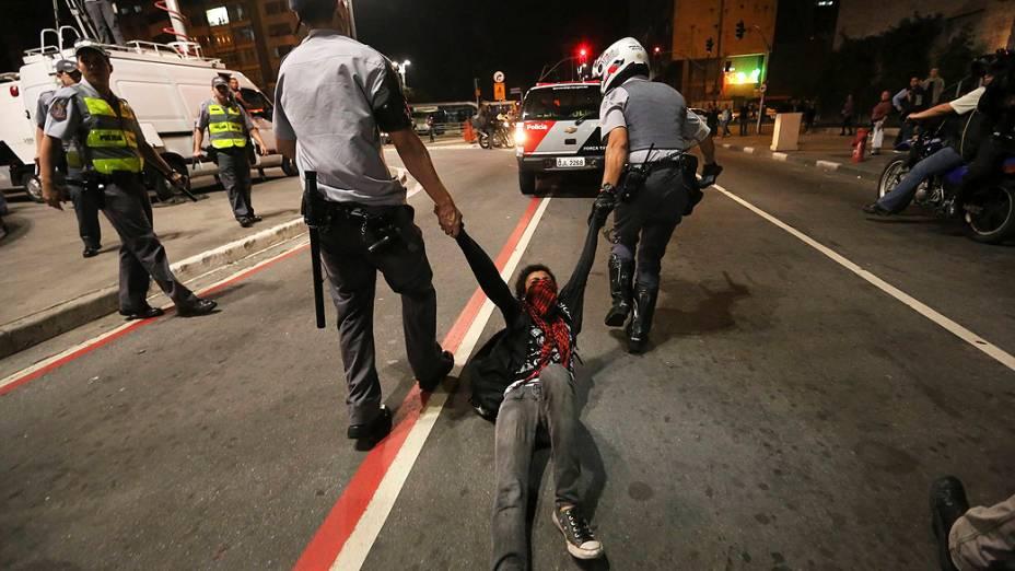Manifestante do grupo denominado Black Bloc detido pela polícia durante ato na avenida Paulista em apoio aos protestos no Rio de Janeiro, e também contra a PM e o governador Geraldo Alckmin (01/08/2013)