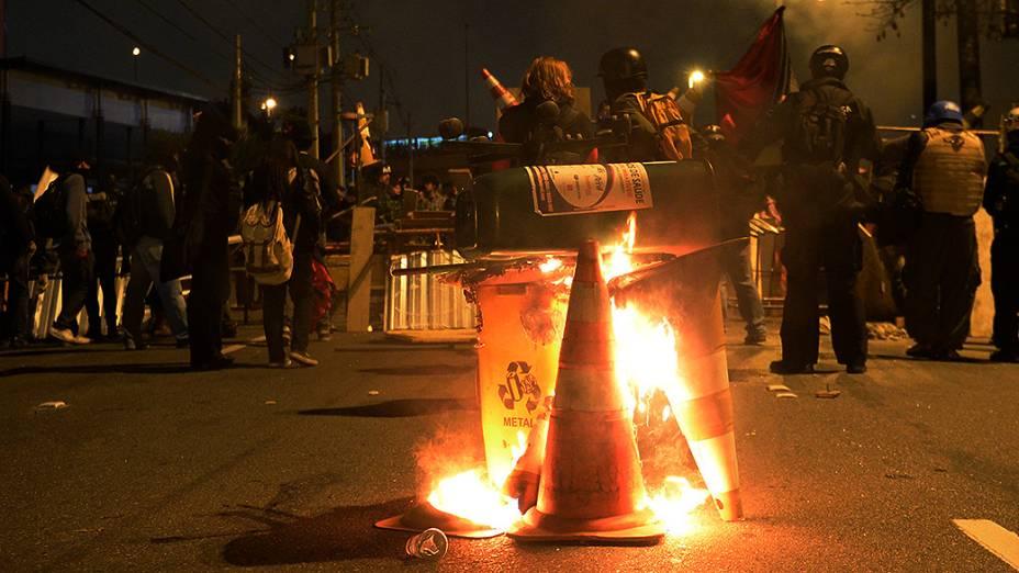 Black Blocs montam barricada na Marginal Pinheiros, em São Paulo