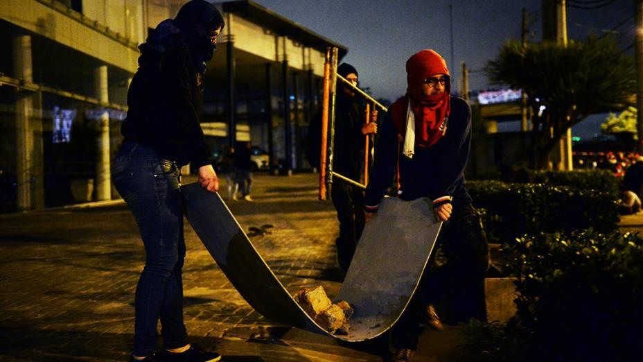 Black Blocs levam pedras durante protesto do Movimento Passe Livre, em São Paulo