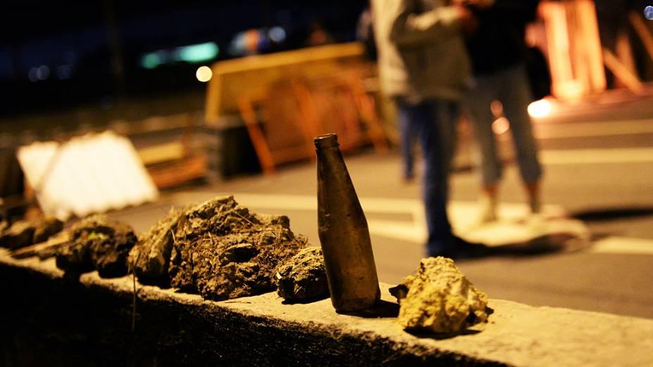 Black Blocs juntam pedras durante o protesto do Movimento Passe Livre, em São Paulo