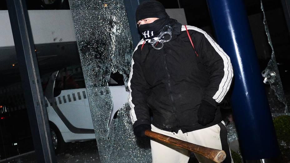 Black Bloc quebrou concessionária com pedaço de pau durante manifestação em São Paulo