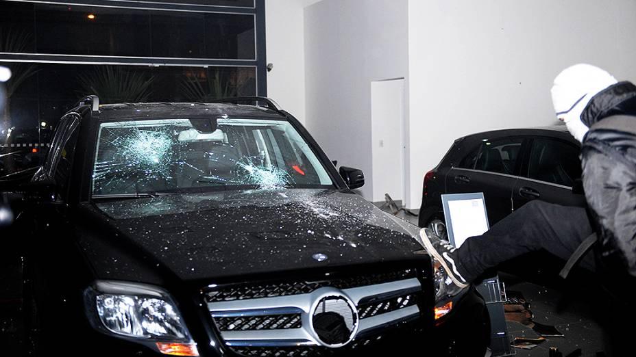 Manifestantes invadem concessionária e depredam carros