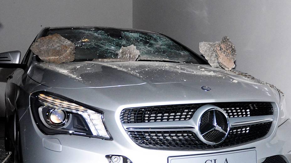 Carro depredado por Black Blocs durante protesto, em São Paulo