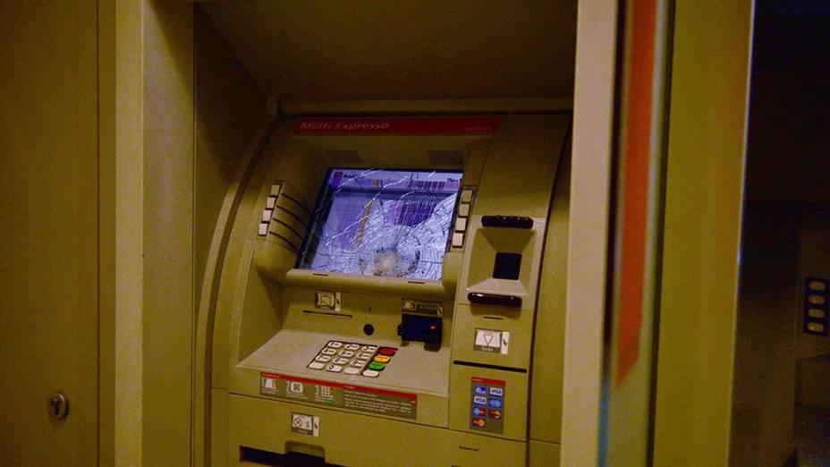 Agência bancária são destruídas durante protesto do Movimento Passe Livre