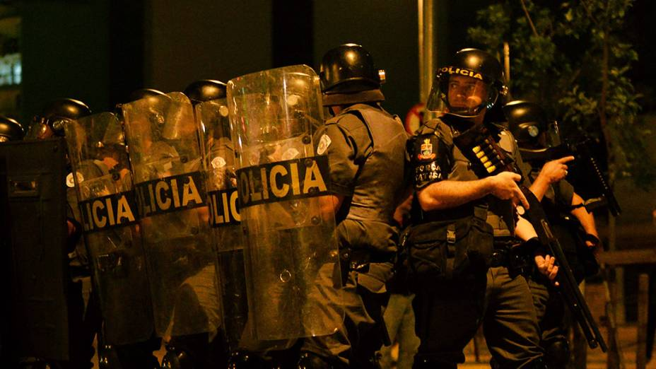 Policiais militares assistiram de longe o vandalismo de Black Blocs