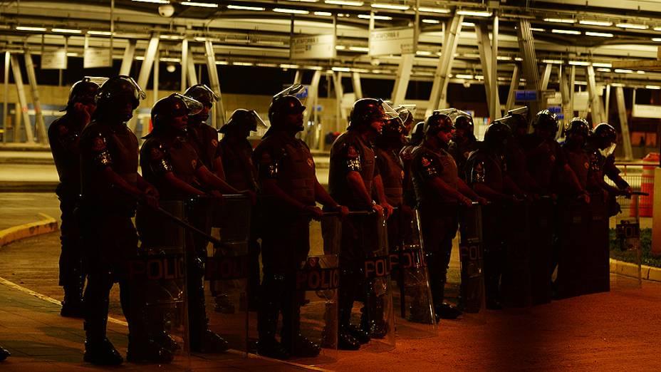 Policiais militares montam guarda em frente ao Terminal Pinheiros. em São Paulo