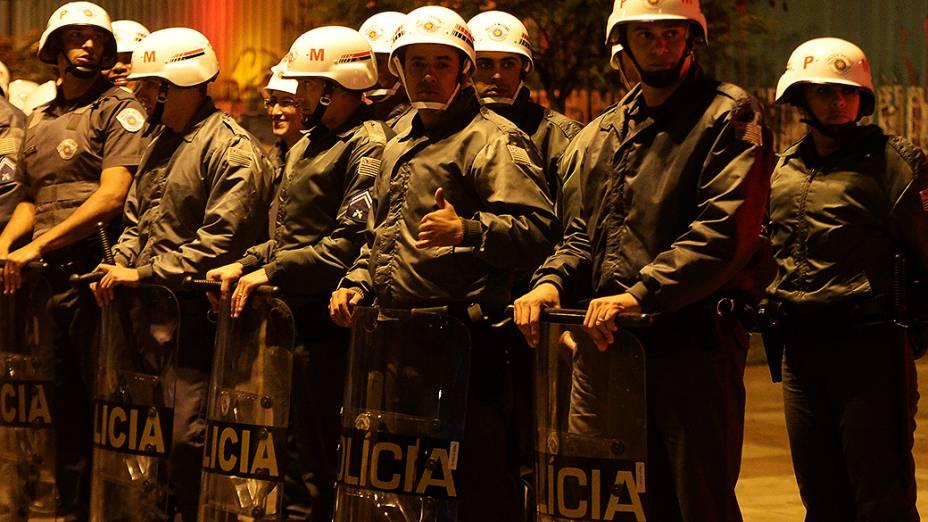Policiais militares montam guarda em frente à estação Faria Lima do metrô. em São Paulo