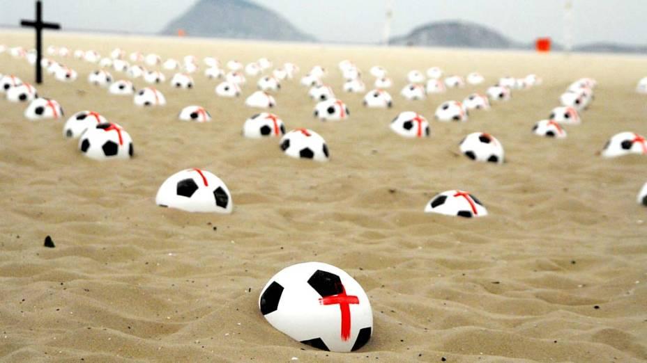 Protesto realizado pelo Movimento Rio de Paz na Praia de Copacabana, no Rio de Janeiro, neste sábado (22)